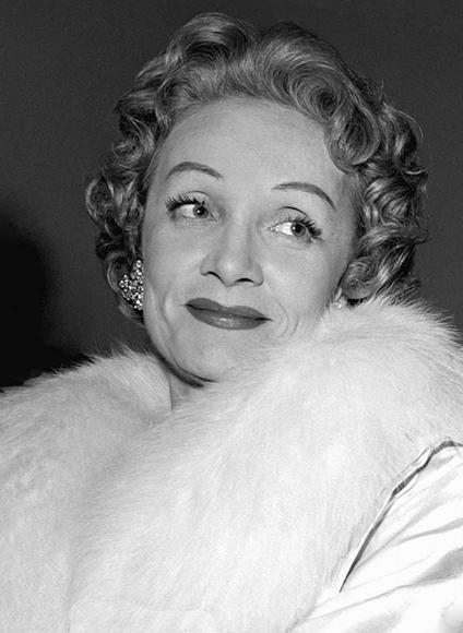 Schwarz-Weiß-Porträt von Marlene Dietrich in weißem Pelz