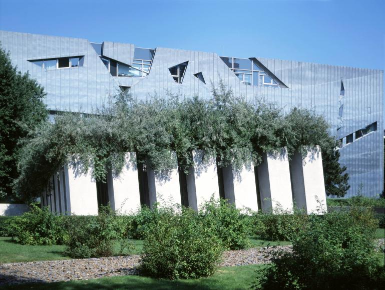 Stele di acciaio del Giardino dell'Esilio (Garten des Exils) dalle quali crescono degli olivagni