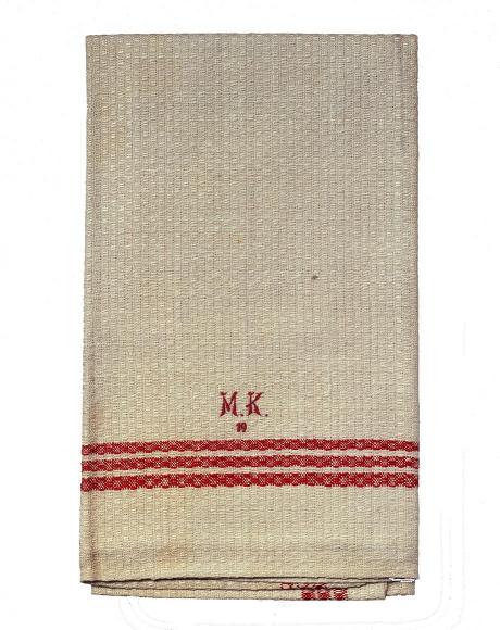 Eine zusammengefaltetes Handtuch mit den gestickten Initialien M.K.