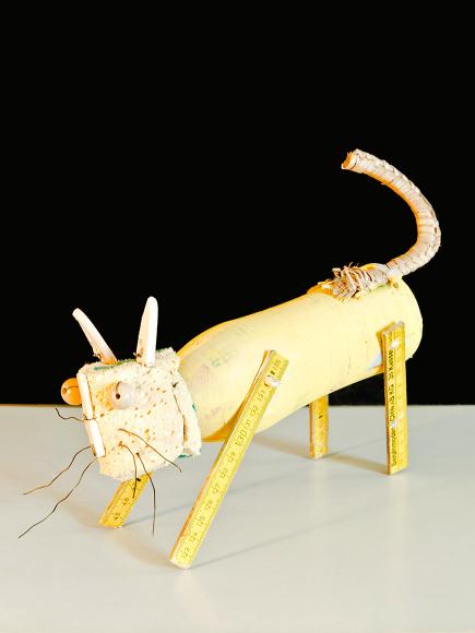 Katze aus Reststoffen und Fundstücken gebastelt