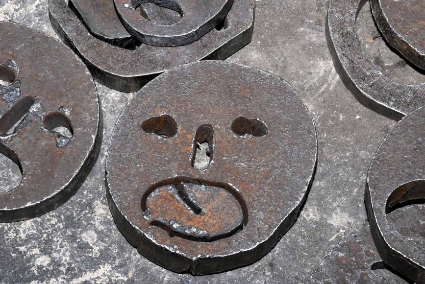 Großaufnahme eines einzelnen Gesichts, umrahmt von weiteren, angeschnittenen Gesichter