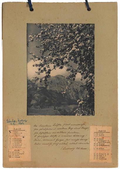 Ein Kalenderblatt mir aufgeklebter Fotografie und handgeschriebenem Text