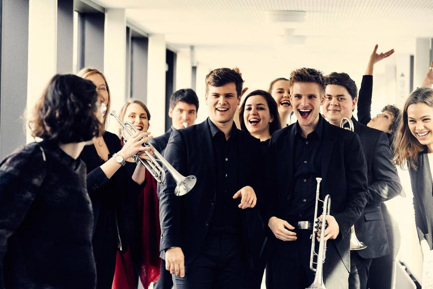 Gruppenfoto mit jungen Musikerinnen und Musikern
