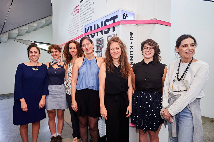 Sieben Künstlerinnen stehen vor dem Kunstautomaten im Jüdischen Museum Berlin