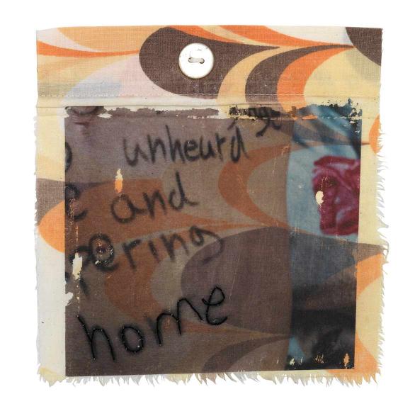 Nahezu quadratisches Textilstück eines gebrauchten Bettbezugs mit fransigem Rand und mehrfarbigem Bogenmuster mit englischen Wörtern darauf, von denen das Wort »home« nachgestickt wurde