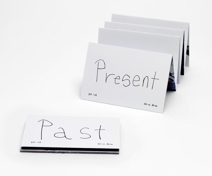Ein leicht aufgefaltetes Leporello mit der handschriftlichen Aufschrift »Present« und ein zusammengefaltetes mit der Aufschrift »Past«