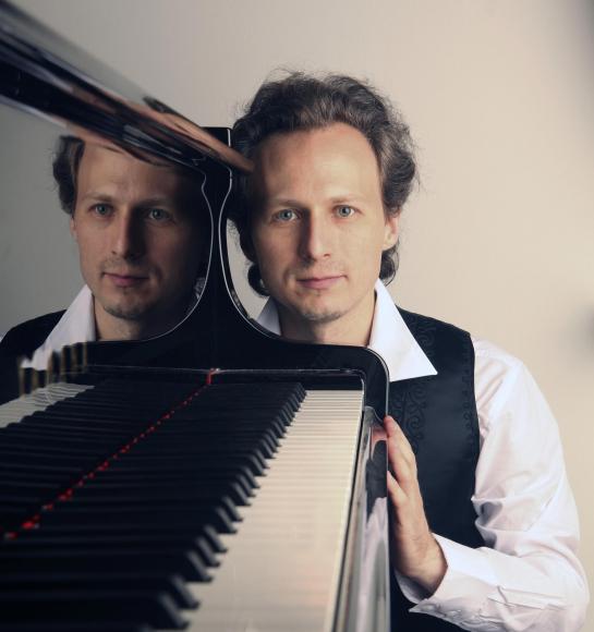 Porträt-Foto von Leon Gurvitch am Klavier