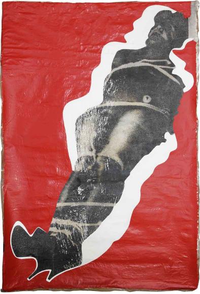 Bearbeitete Schwarz-Weiß-Fotografie eines gefesselten Menschen auf rotem Grund