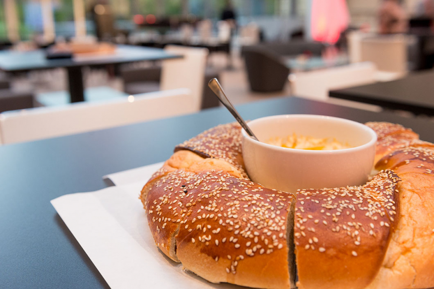 Rundes Brot eingedeckt auf einem Tisch im Glashof des Museums