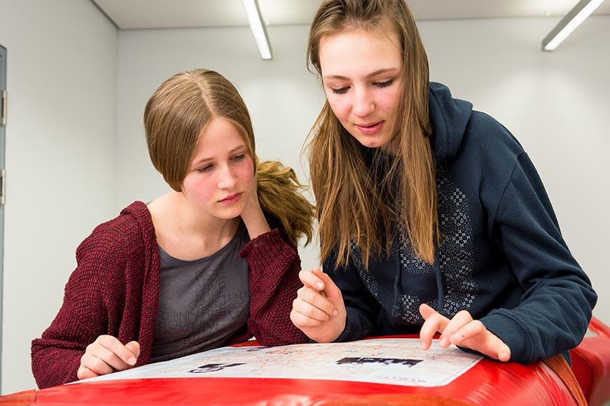 Zwei Schülerinnen mit einem Stadtplan