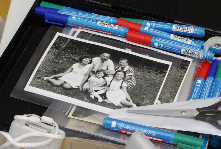 on.tour-Workshop: Arbeitsmappe mit Fotos und Stiften