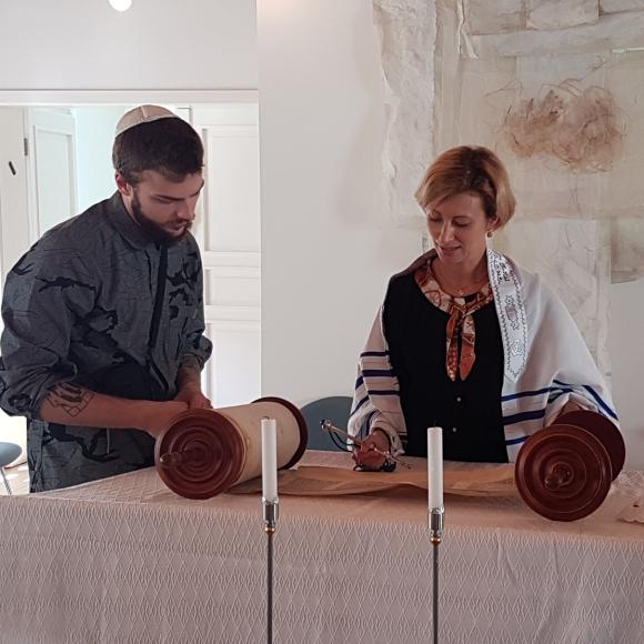 Rabbinerin liest aus der Tora