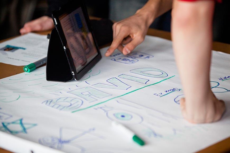Ein iPad mit Papier auf einem Tisch
