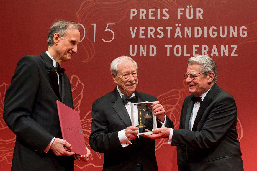Anniversary dinner 2015: Joachim Gauck and Peter Schäfer present the award to W. Michael Blumenthal