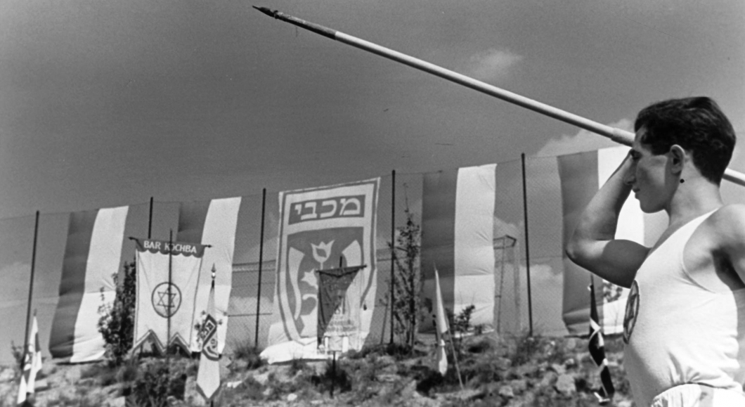 Schwarz-Weiß-Fotografie eines Speerwerfers