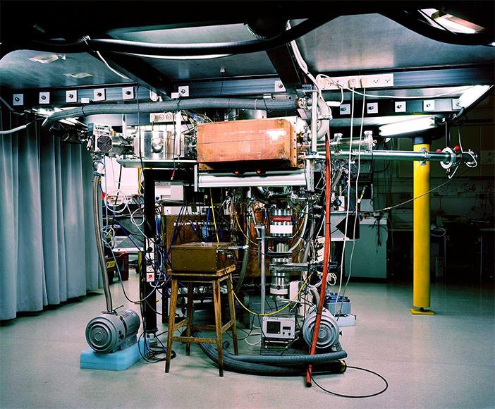 Viele zusammengeschlossene bunte Kabel und Geräte in einem Raum, im Hintergrund ein Vorhang