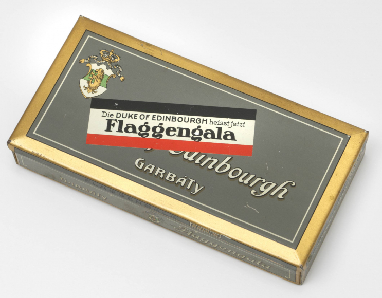 Zigarettendose mit Garbáty-Wappen, beschriftet mit »Duke of Edinbourgh« und »Die Duke of Edinbourgh heisst jetzt Flaggengala«