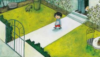 Ein Kind steht in einem Vorgarten, im Hintergrund sieht man einen Erwachsenen und einen Hund in der Haustür stehen
