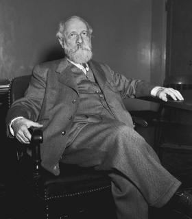 Schwarz-Weiß-Porträt von Martin Buber, der in einem Armlehnstuhl sitzt