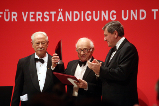 Anniversary dinner 2007: W. Michael Blumenthal with award winners Fritz Stern and Richard Holbrooke