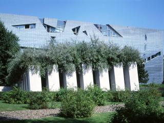 Stèles en béton du Jardin de l'Exil, dont poussent des oliviers.