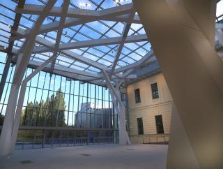 Vista del interior del patio acristalado con especial atención a la estructura de acero del techo.
