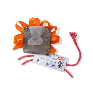 Ein Löwe, zusammengesetzt aus einer Fahrkarte, Bindfaden, einem Stück Leder und Geschenkband