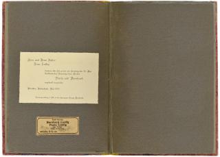 Doppelseite mit eingeklebter Einladungskarte und Zeitungsannonce
