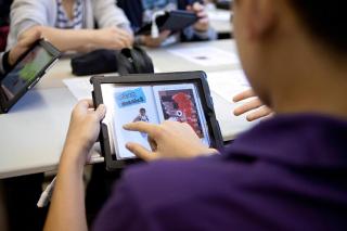Eine Hand mit einem iPad