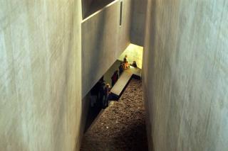 Blick von einer der oberen Etagen in den Memory Void und auf die Installation und einige Besucher*innen