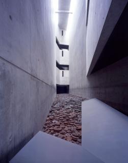 Blick auf die Installation, die den Boden des Memory Void vollständig bedeckt