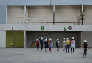 Kinder mit Bauhelmen laufen durch die Halle, in der das Kindermuseum des Jüdischen Museums Berlin ensteht