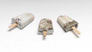 Drei Eis am Stiel, gefertigt aus einer Mischung aus Beton und Gips in handelsüblicher Form gegossen, mit einem Holzstiel als Griff und unterschiedlichen Motiven