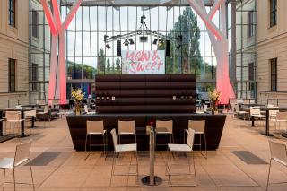 Bar mit Tresen im Glashof des JMB