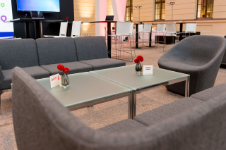 Sitzgruppe mit Sofa und Tisch im Glashof des JMB