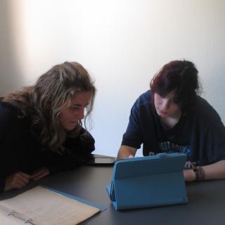 zwei Jugendliche bei der Recherche mit Archivalien und Tablet