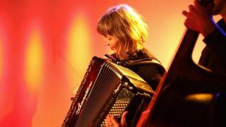 Eine Musikerin spielt Akkordeon