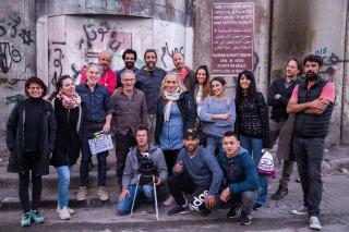Gruppenfoto des Filmteams: 17 stehende und hockende Personen, die meisten lachen