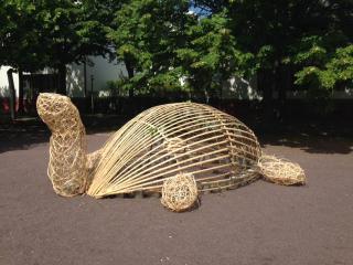 Eine Schildkröte gefertigt aus Bambus und Weiden