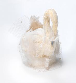 Ein weißer Hut in der Form eines Schwans