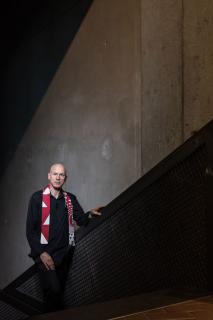 Ein Mann steht auf der Treppe, die zu den Achsen im Libeskind-Bau führen