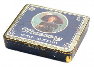 Blechdose mit Scharnierdeckel für 20 Zigaretten, dunkelblau, mittig ist in rundem goldenem Rahmen ein farbiges Porträt von Fritzi Massary gezeichnet