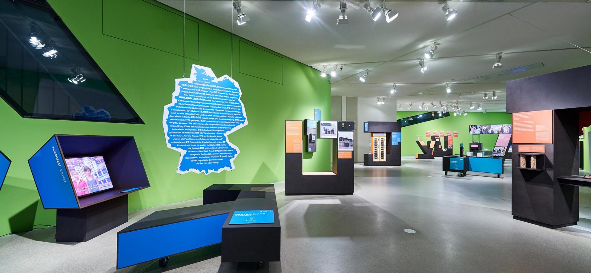 Blick in die Ausstellung mit Virtinen und Objekten
