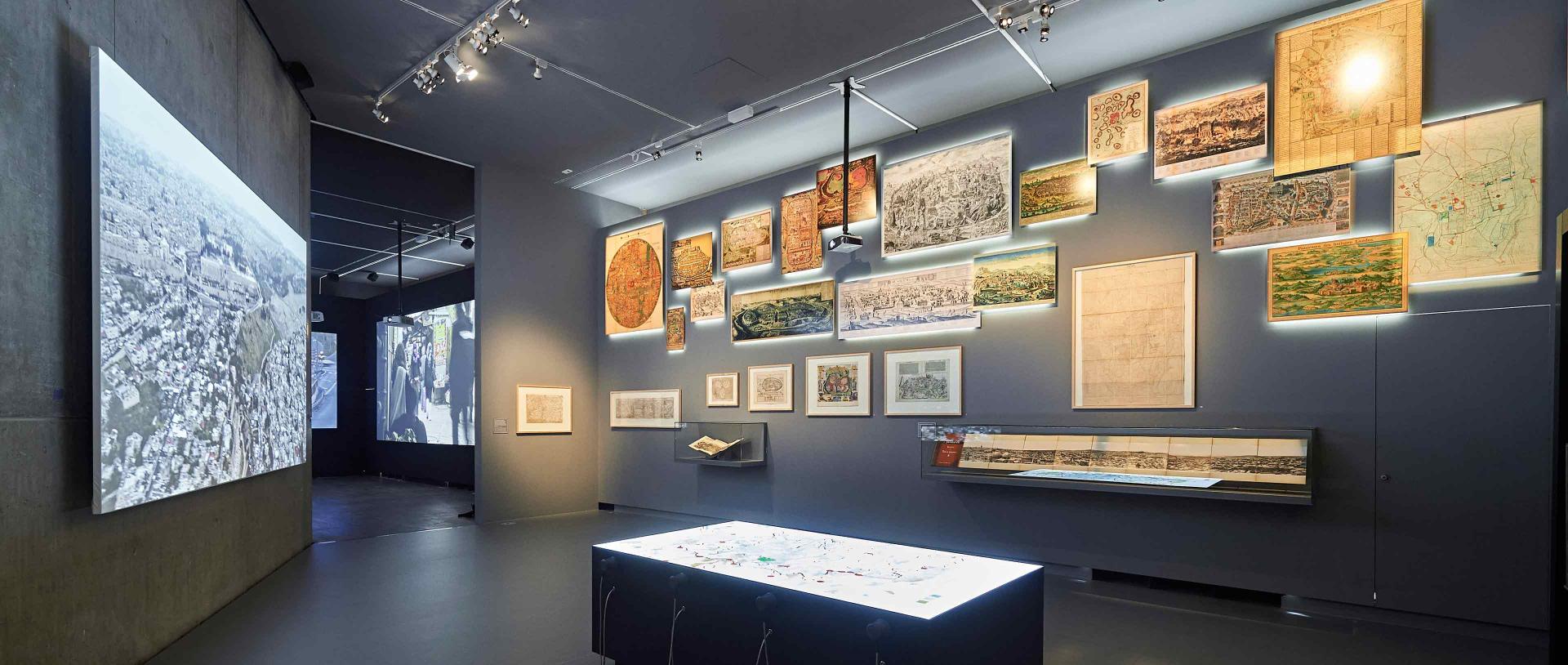 Einer der Ausstellungsräume enthält eine Reihe historischer Karten