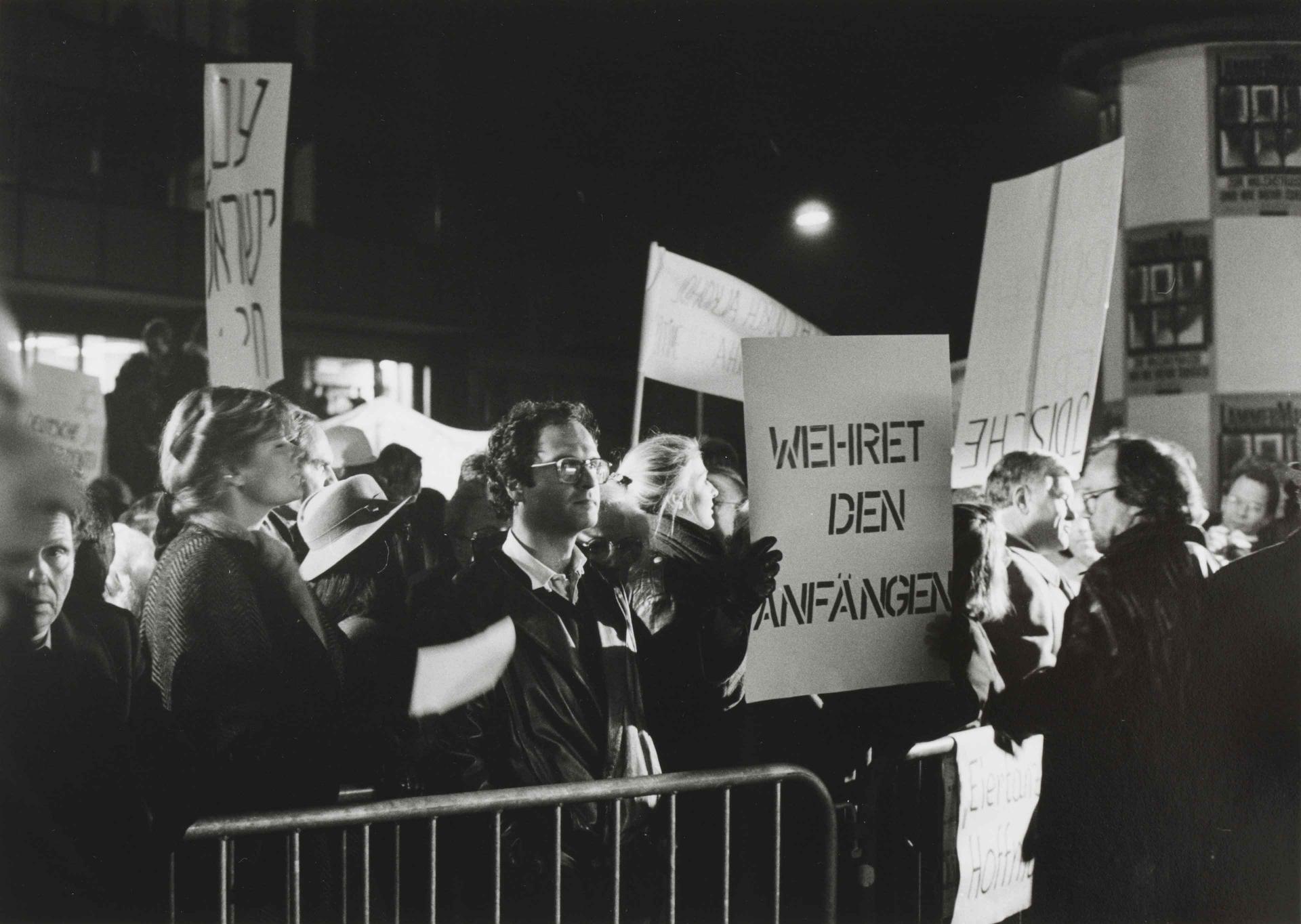 """Schwarz-Weiß-Fotografie von Protestierenden mit Plakaten mit Aufschriften wie """"Wehret den Anfängen"""""""