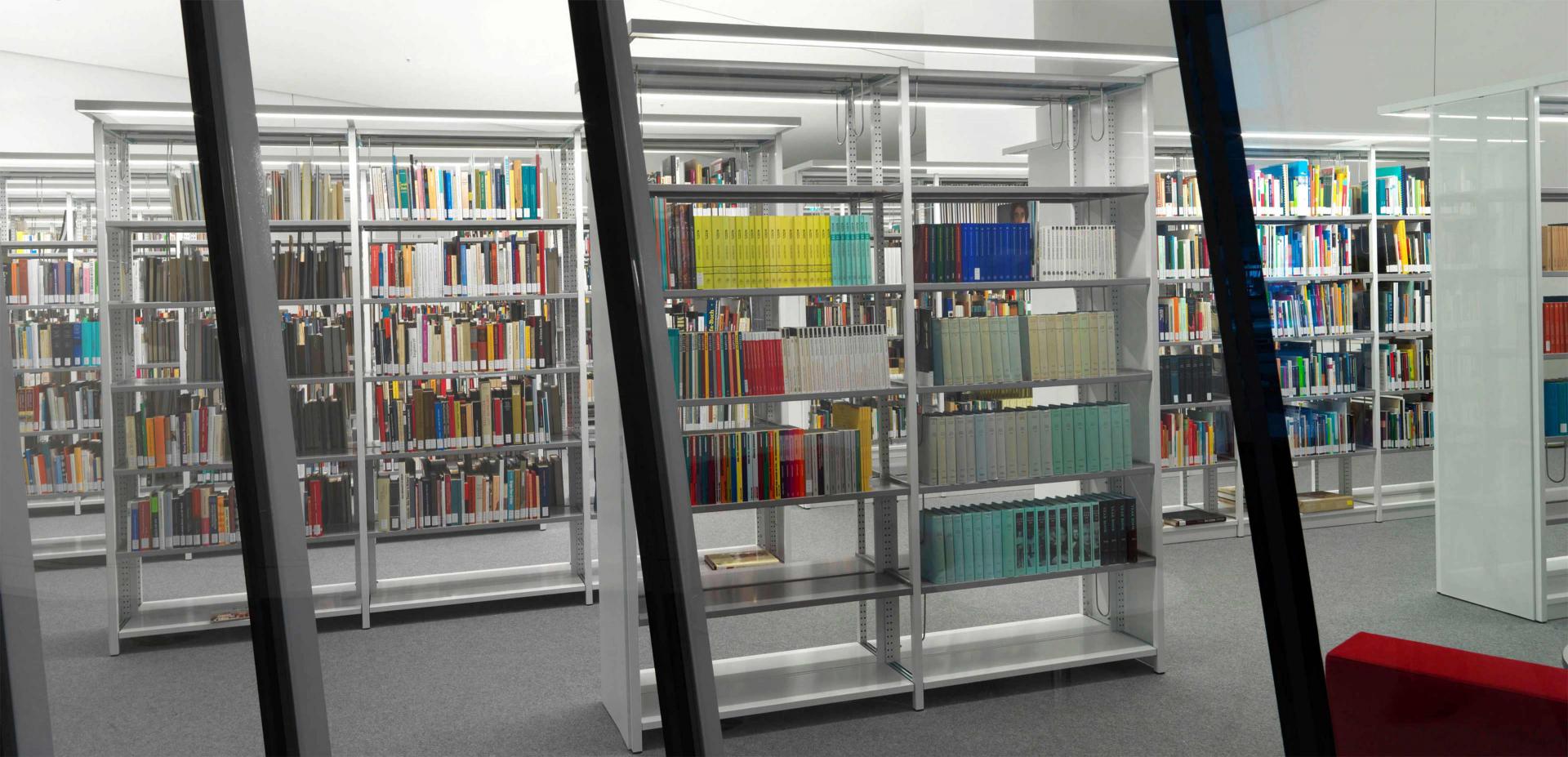 Blick durch eine Glasscheibe in einen Raum mit Bücherregalen