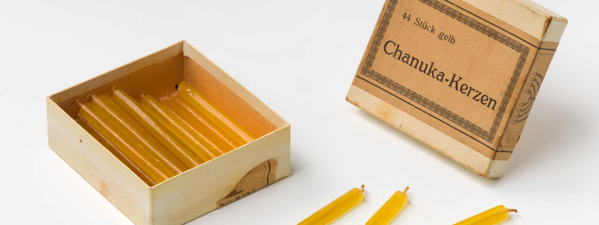 An opened box of Chanukka tapers