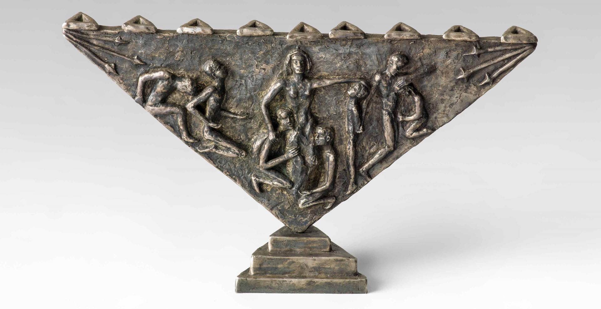 Dreieckiger Leuchter aus Bronze mit einer reliefartigen, figürlichen Darstellung