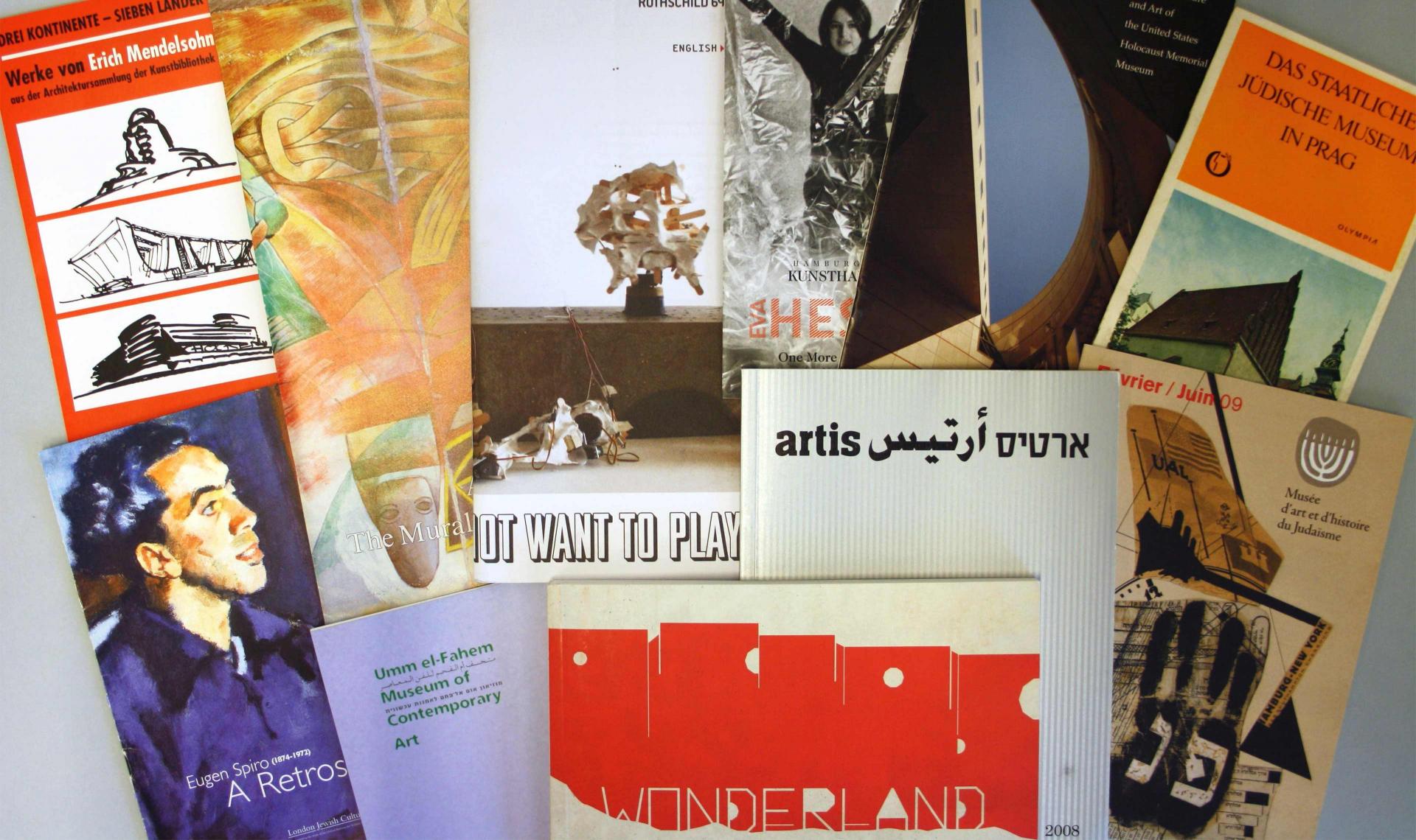 Verschiedene Broschüren und Museumsflyer zur jüdischen Kunst