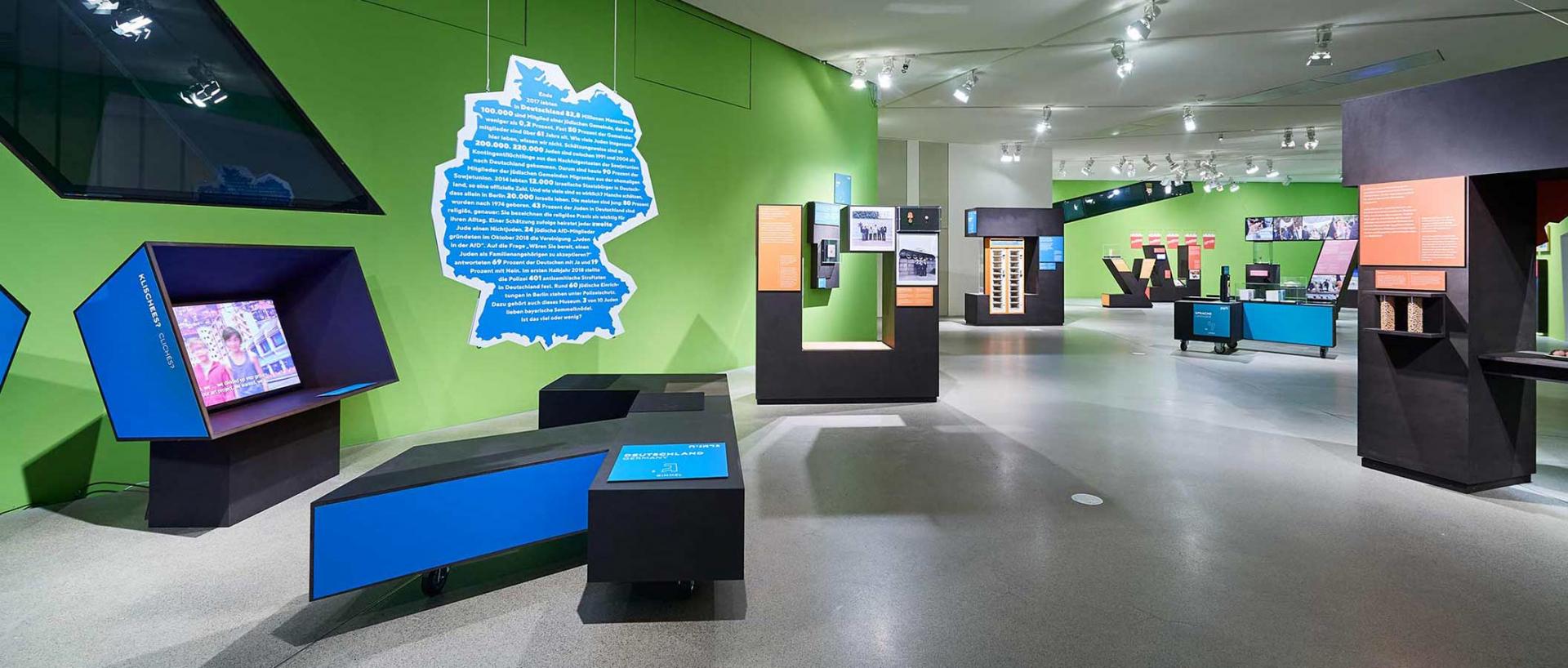 Blick in den Ausstellungsraum mit großen hebräischen Buchstaben